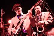 """Max Pierini -guitarra- y Piergiorgio """"Pjt"""" Elia -saxofón- de Sister Cookie with The Mad Tubes (Funtastic Dracula Carnival, Benidorm)"""