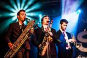 Joel Rocha -saxo barítono-, Hugo Lopes -saxo tenor- y Bruno Rocha -trompeta- de TT Syndicate, Purple Weekend Festival, León. 2013