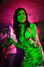Sara Iñiguez, cantante de The Magic Teapot, Santana 27, 2014