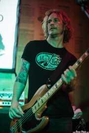 Micke Nilsson, bajista de Dan Baird and Homemade Sin (Hika Ateneo, Bilbao, 2014)