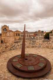 Reloj de la Historia en la muralla de Ávila; Basílica de San Vicente vista al fondo, Muralla de Ávila, 2014