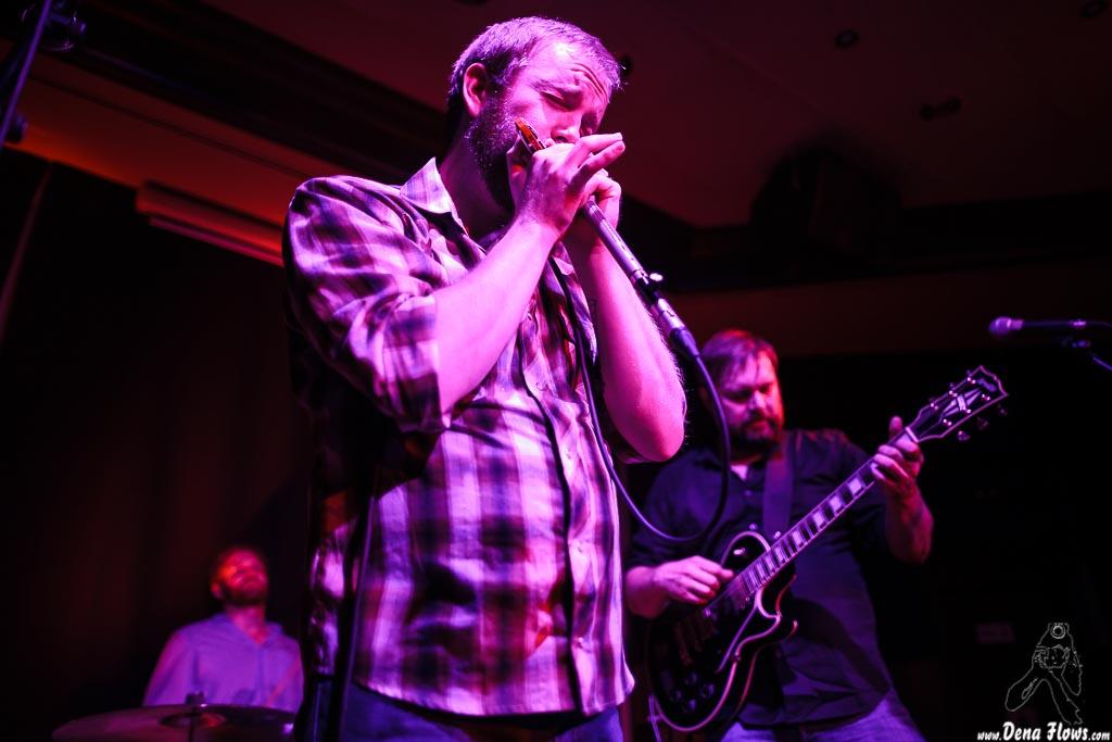Dustin Arbuckle -armónica y voz-, Aaron Moreland -guitarrista- y Kendall Newby -baterista-, de Moreland & Arbuckle, Kafe Antzokia, 2014