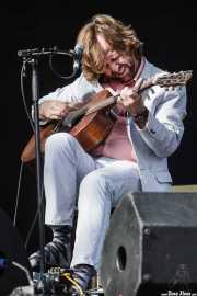 Casey Laforet, guitarrista y bass pedal de Elliott Brood, Bilbao BBK Live, 2014