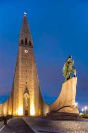 Hallgrimskirche (Guðjón Samúelsson, 1986) y escultura de Leif Eriksson, Hallgrimskirche, Reikiavik, Islandia,2014
