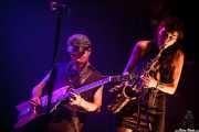 Cole Alexander -guitarrista y cantante- y Zumi Rosow -saxofonista- de The Black Lips