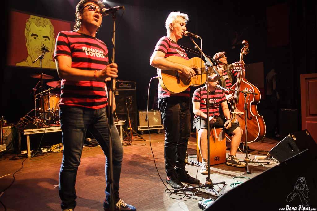 """Juanjo Ibarra -cantante-, Santiago Delgado -guitarrista y cantante-, Oscar """"Wildcat"""" Calleja -contrabajista- e Igor Martínez -cantante y cajón-, de Santiago Delgado y los Runaway Lovers (05/09/2014)"""