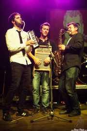 Ander Unzaga -teclista, aquí con la melódica-, Isi Redondo -baterista, aquí con la washboard- y Alain Sancho -saxofonista- de The Travelling Brothers (06/09/2014)