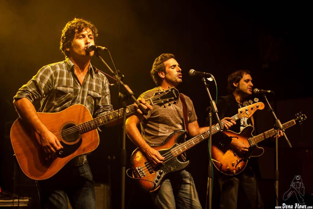 Txomin Guzmán -cantante y guitarrista-, Juan Uribe -bajista- y Alfredo Niharra -guitarrista- de The Fakeband (06/09/2014)