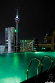 Torre Menara-KL Tower (Kumpulan Senireka Sdn Bhd (KSSB), 1994) con la piscina deñ Fraser Place en primer plano (11/09/2014)