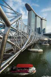 Marina Bay Sands (Moshe Safdie, 2010) con el Helix Bridge (COX Group Pte Ltd & Architects 61, 2010) en primer plano (13/09/2014)