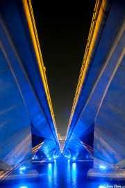 Vista inferior iluminada del puente de Esplanade Dr. (15/09/2014)