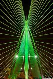Seri Wawasan Bridge (PJS International Sdn. Bhd., 2003). Puente iluminado con colores (28/09/2014)