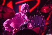 Steve Rushton, baterista de Imelda May, disfrazado de fantasma sobre el escenario, por Halloween, Bilbao Exhibition Centre (BEC). 2014