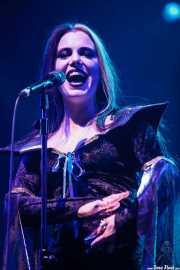 Imelda May, cantante y bodhrán, disfrazada de Lily Munster sobre el escenario, por Halloween, Bilbao Exhibition Centre (BEC). 2014