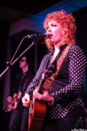 Eleanor Whitmore, cantante, guitarrista (guitarra tenor) y violinista de The Mastersons, Kafe Antzokia. 2014