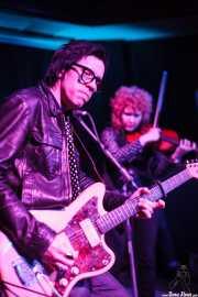 Chris Masterson -guitarrista, cantante y armonicista- yEleanor Whitmore -cantante, guitarrista (guitarra tenor) y violinista- de The Mastersons, Kafe Antzokia. 2014