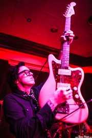 Chris Masterson, guitarrista, cantante y armonicista de The Mastersons, Kafe Antzokia. 2014