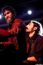 Martín García -saxofonista, aquí en el teclado- y David Schulthess -teclista- de Aurora & The Betrayers, Sala Stage Live (Back&Stage). 2014