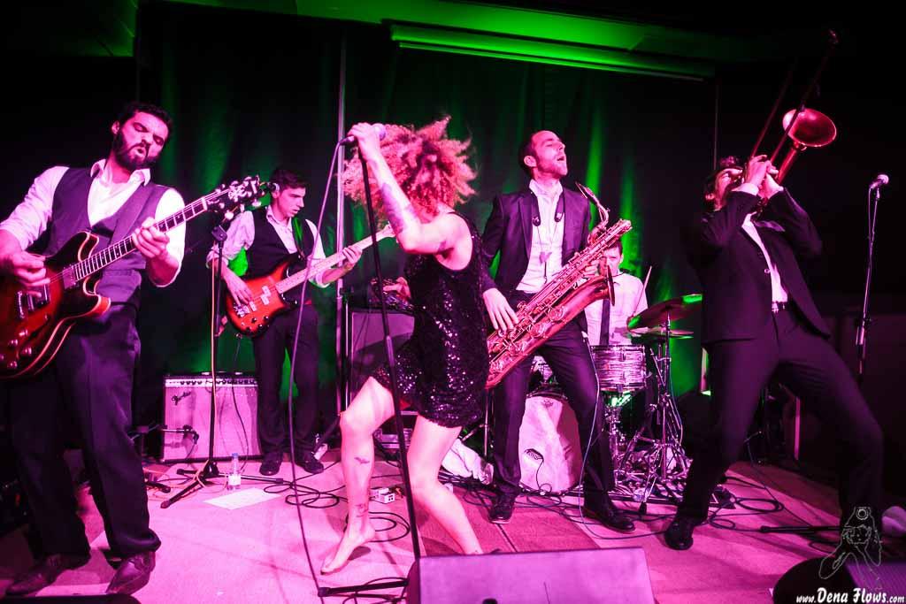 Sylvain Lorens -Guitarrista-, Vincent Girard -Bajista-, Ciara Thompson -cantante-, Guillaume Nuss -trombonista-, Josselin Soutrenon -baterista- y Fred Gardette -saxofonista- de The Buttshakers, Kafe Antzokia. 2014