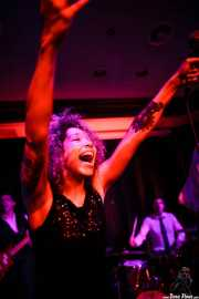 Vincent Girard -Bajista-, Ciara Thompson -cantante- y Josselin Soutrenon -baterista- de The Buttshakers, Kafe Antzokia. 2014