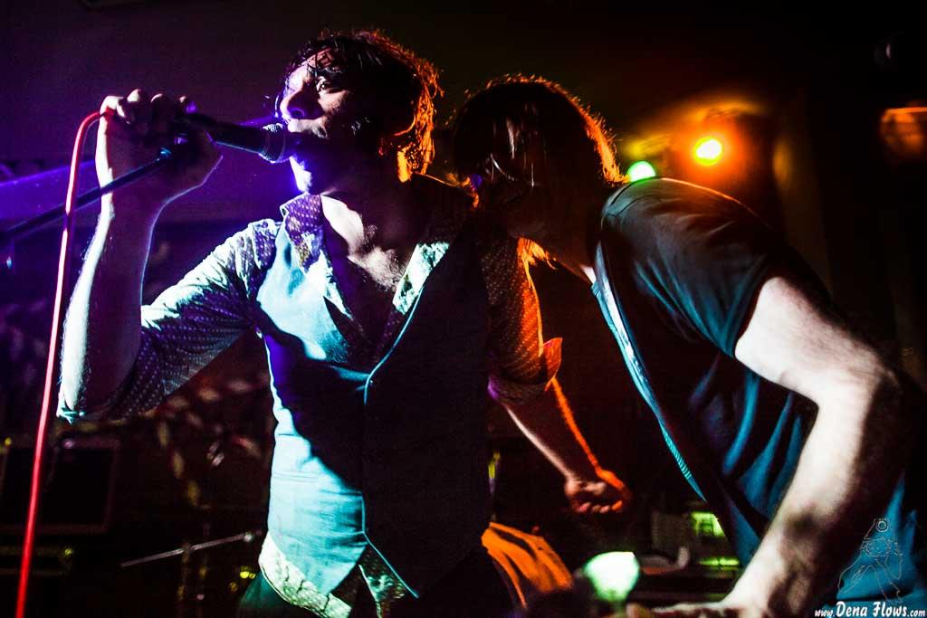 Rajinder Kumar -cantante- y Luc Waegeman -bajista- de The Drip Dry Man & The Beat Revolver, Satélite T. 2014