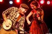 Jared McGovern -cantante, banjista y guitarrista- y Liz Sloan -violinista y cantante- de Urban Pioneers, CAEM - Sala B. 2014