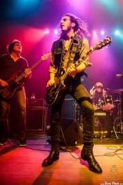Xan Bidegain -bajista-, Joseba B. Lenoir -guitarrista y cantante- y Felix Buff -baterista- de Joseba B. Lenoir Trio & Napoka Iria, Kafe Antzokia, Bilbao. 2015