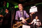 Zig Criscuolo -bajo-, Spencer Evoy -voz y saxofón- y Ravi Low-Beer -batería- de MFC Chicken, Kafe Antzokia, Bilbao. 2015