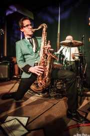 Spencer Evoy, cantante y saxofonista de MFC Chicken, Kafe Antzokia, Bilbao. 2015