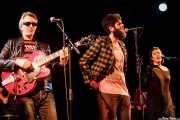 Santiago Delgado -voz y guitarra-, Char-Lee Mito -voz- y Sophia Pell -voz- de Villapellejos & Santiago Delgado y los Runaway Lovers, Sala Cúpula (Teatro Campos Elíseos), Bilbao. 2015