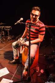 Igor Martínez, cantante y cajón de Santiago Delgado y los Runaway Lovers, Sala Cúpula (Teatro Campos Elíseos), Bilbao. 2015