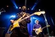 Eddie Angel -guitarra- y Deke Dickerson -voz y guitarra invitado- de Los Straitjackets & Deke Dickerson, Kafe Antzokia, Bilbao. 2015