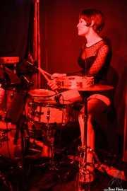 Daniela Kennedy, baterista de The Limboos, Kafe Antzokia, Bilbao. 2015