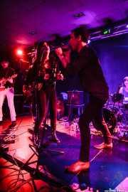 Diego von Hustler -guitarra-, Sara Íñiguez -voz invitada-, Screamin' George -voz y armónica- e Ilargi Agirre -batería- de Screamin' George & The Hustlers , Santana 27, Bilbao. 2015