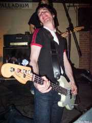 Iker Álvarez, bajista de Dirty Jackets (Palladium, Bilbao, 2003)