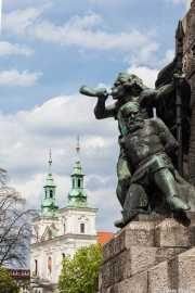 Monymento Grunwaldzki, (Pomnik Grunwaldzki) y, al fondo, la Basílica de San Florian (Bazylika św. Floriana) (27/04/2015)
