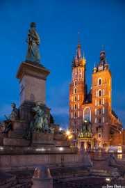 Basílica de Santa María (Bazylika Mariacka) y Munumento a Adam Mickiewicz (Pomnik Adama Mickiewicza) en la Plaza del Mercado (26/04/2015)