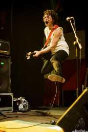 Lou Hanman, cantante y guitarrista de Caves, Kafe Antzokia, Bilbao. 2015