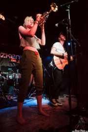 Jenny Ball -trompeta y voz- y Alfonso Acosta -voz y guitarra- de Jenny and the Mexicats, Sala Azkena, Bilbao. 2015