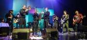 """Álex Blasco -teclados-, Mike Farris -voz y guitarra-, Jokin Salaberria -bajo-, Natxo Beltrán -batería-, Aratz Díez -trombón-, Gorka Carralero -trompeta-, Guillermo """"Willy"""" García -saxofón-, Sara Íniguez -voz corista-, Judith López -voz corista-, Álvaro Segovia -guitarra- y Asier """"Indomable"""" Domínguez -guitarra- de Mike Farris , Social Antzokia, Basauri. 2015"""