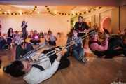 Dann Lipsitz -clarinete y saxofón-, Jesse Selengut -trompeta-, Jake Handeman -trombón-, Cassydy Holden -contrabajo-, Juli Aymi -clarinete invitado- y Stéphane Séva -washboard invitado-de The Gordon Webster Band, Gastroswing - Artium, Vitoria-Gasteiz. 2015