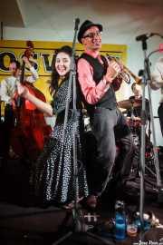 Cassydy Holden -contrabajo-, Tatiana Anne-Marie -voz-, Jesse Selengut -trompeta-, Martí Elías -batería- y Jake Handeman -trombón- de The Gordon Webster Band, Gastroswing - Artium, Vitoria-Gasteiz. 2015