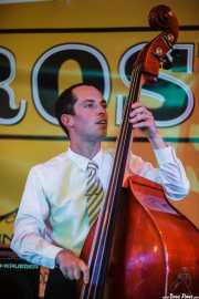 Cassydy Holden, contrabajista de The Gordon Webster Band, Gastroswing - Artium, Vitoria-Gasteiz. 2015