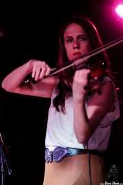 Elena Arteagoitia, violinista de Ghost Number & His Tipsy Gypsies, Sala Azkena, Bilbao. 2015