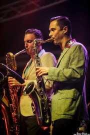 Alex Bertein -saxo barítono-y Arnaud Desprez -saxo tenor- de Nico Duportal & His Rhythm Dudes, Azkena Rock Festival, Vitoria-Gasteiz. 2015