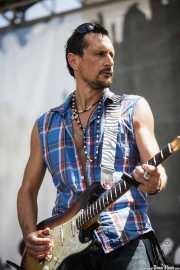 Roberto Luti, guitarrista de Luke Winslow-King, BluesCazorla - Plaza de Santa María, Cazorla. 2015