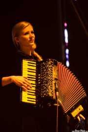 Ragnhildur Gunnarsdóttir, teclista, acordeonista y percusionista de Of Monsters and Men, Bilbao BBK Live, Bilbao. 2015