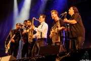 Eneko Cañibano -bajo-, Ander Unzaga -teclado-, Jon Careaga -voz-, Isi Redondo -batería-, Aitor Cañibano -guitarra- y Alain Sancho -saxofón- de Travellin' Brothers Big Band, Mundaka Festival, Mundaka. 2015