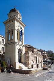 Iglesia de Santa María de Pantanassa (Ekklisia Kimisi Theotokou Mitropoleos) (s.X)) en la Plaza Monastiraki con la Mezquita Tzistarakis (Museo de Arte Popular Griego) (s.XVIII) al fondo (16/09/2015)