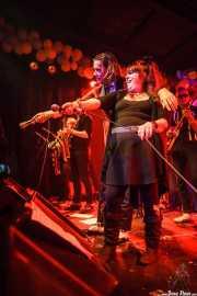 Howlin' Pelle -voz-, Nikki Corvette -voz invitada- y Mike Barbwire -bajo- de Howling Pelle & His Loyal Royals, Funtastic Dracula Carnival, Benidorm. 2015